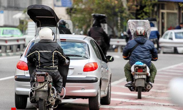 موتورسیکلت ها در شهر رها شده اند