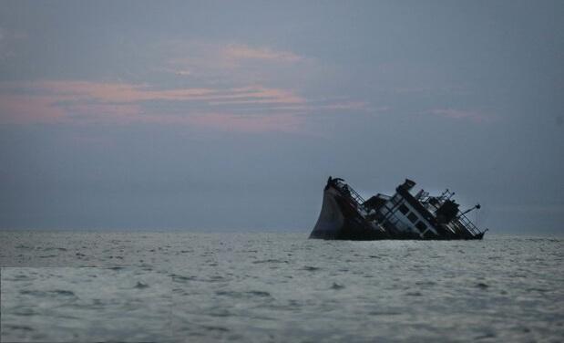 سرنشینان لنج باری درآب های خلیج فارس نجات یافتند